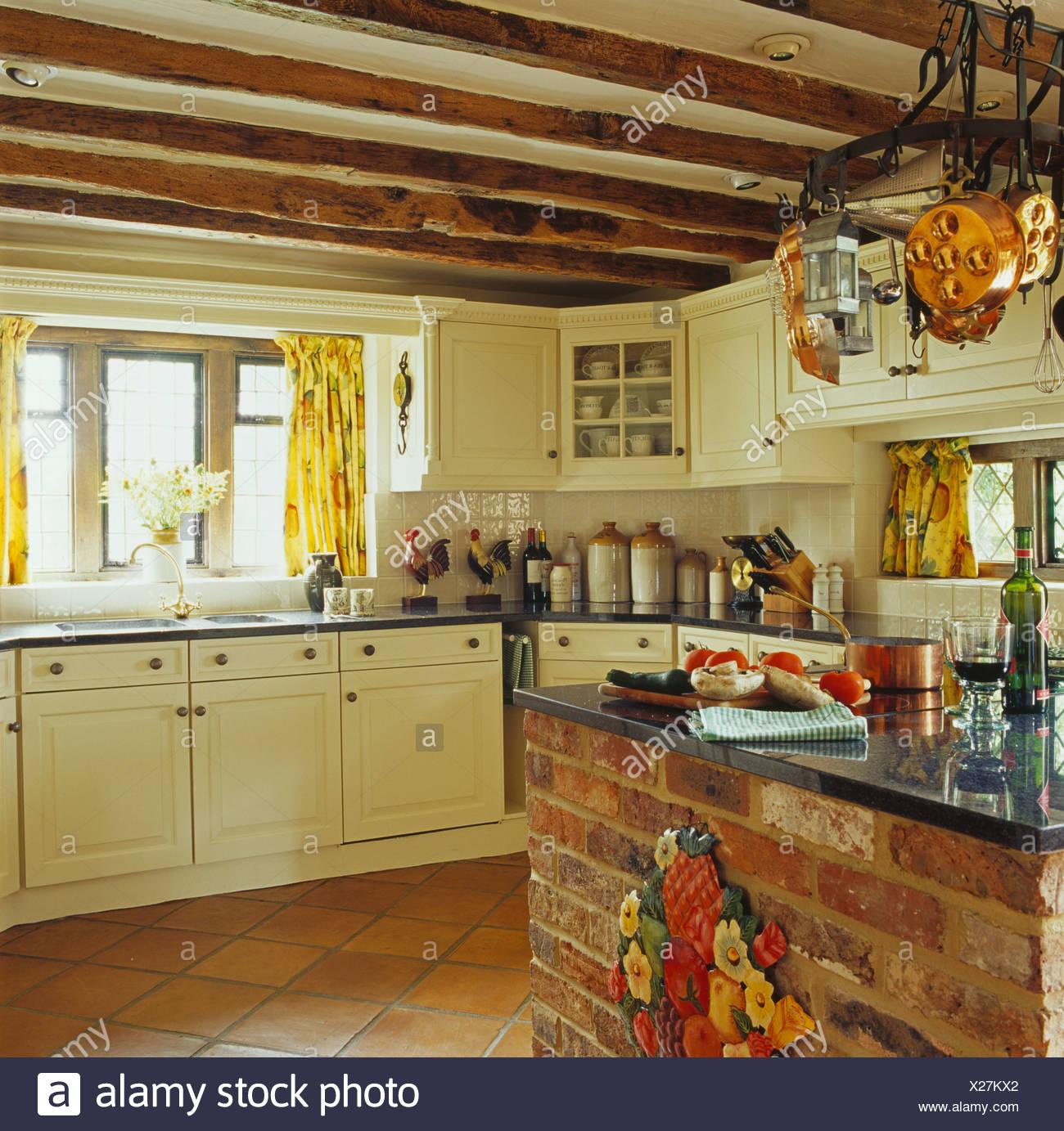 Encimera de granito en la isla de ladrillo unidad en crema cottage cocina  con techo de 0ba49adf2505
