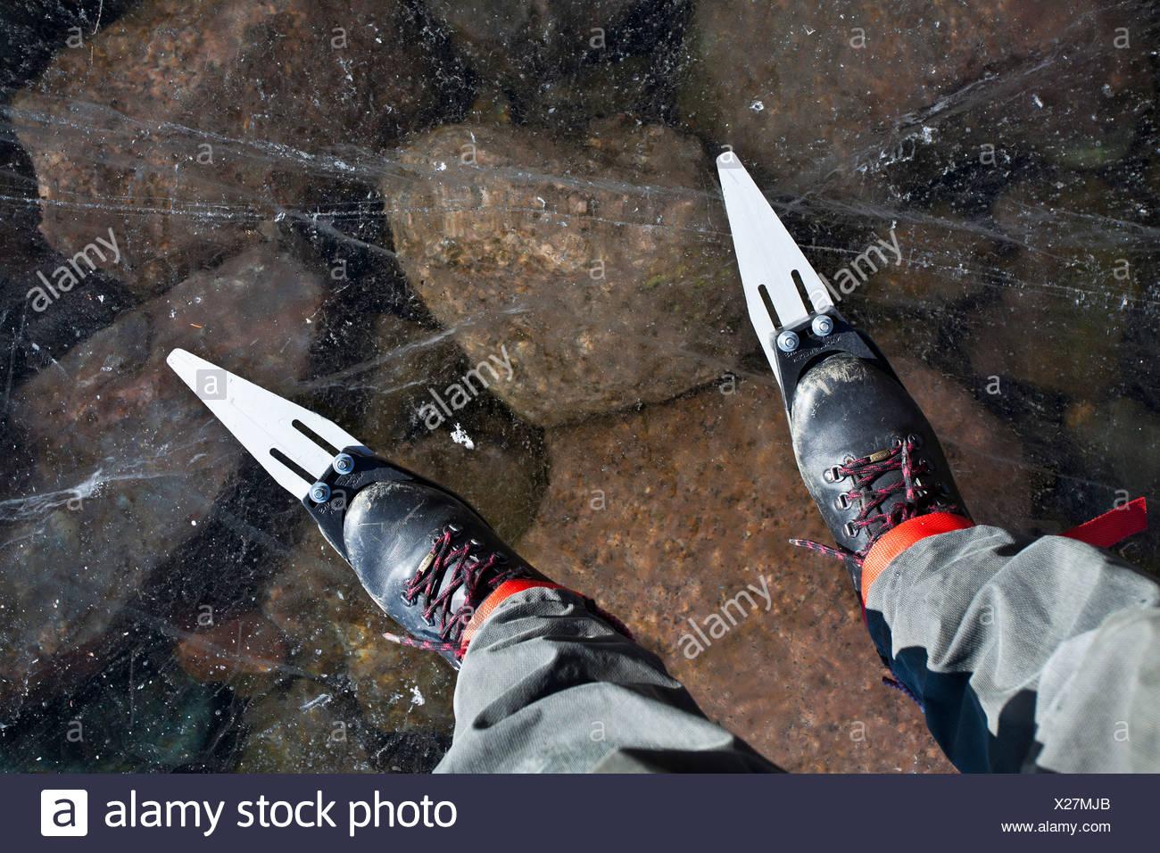 Bajo la sección de una persona patinando sobre hielo puro Imagen De Stock