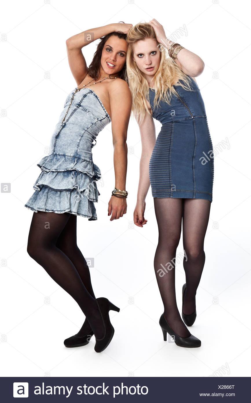 4e23aedb0 Dos mujeres jóvenes posando en mini vestidos Foto & Imagen De Stock ...