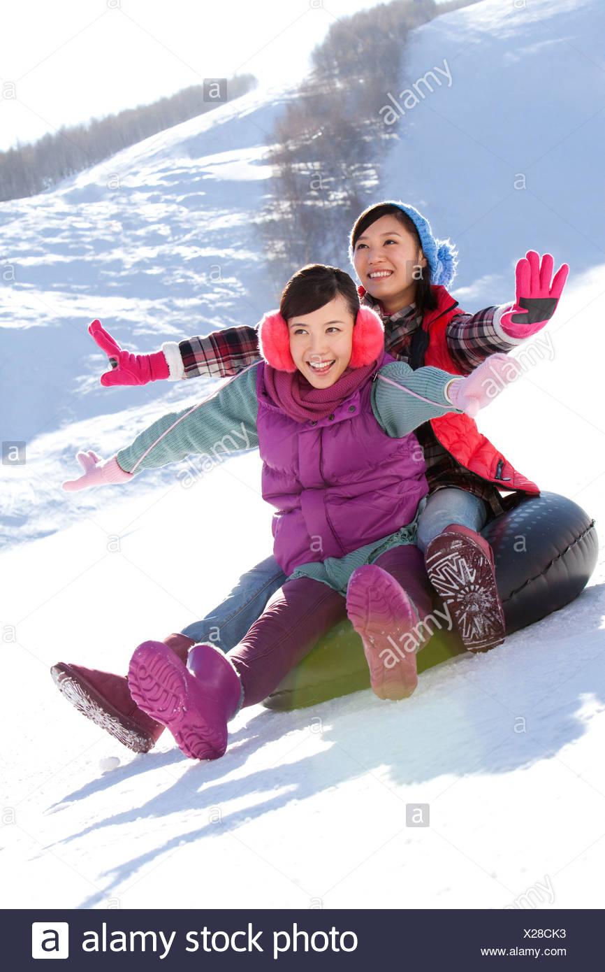 Las mujeres jóvenes felices divirtiéndose en ski resort Imagen De Stock