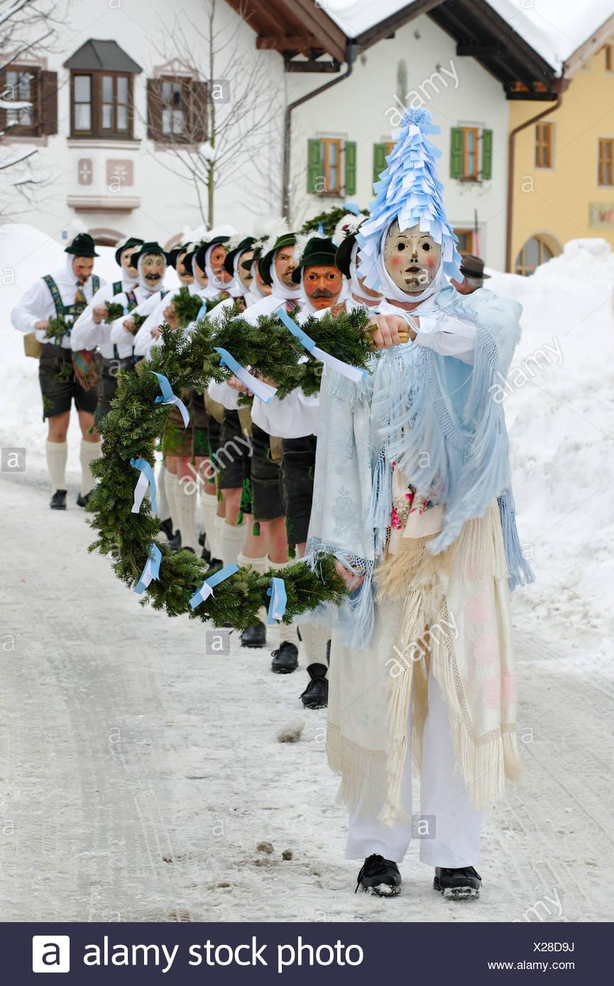 Los hombres con campanas, tradicionales trajes de carnaval, desfile de carnaval, Maschkera, Mittenwald, Werdenfelser Land, Alta Baviera Imagen De Stock