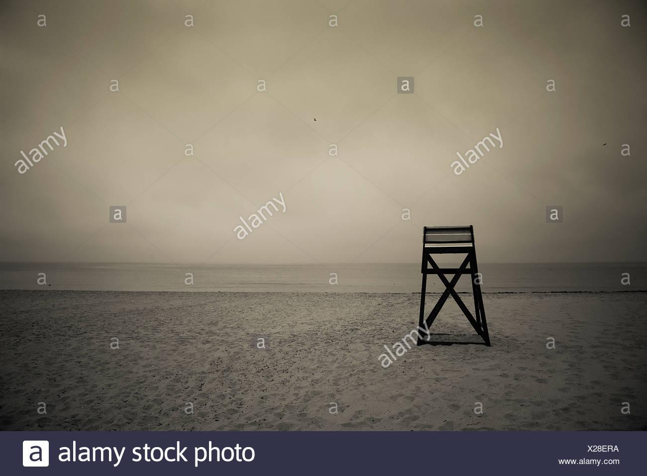 Moody salvavidas de pie en la playa, en Cape Cod, MA Imagen De Stock