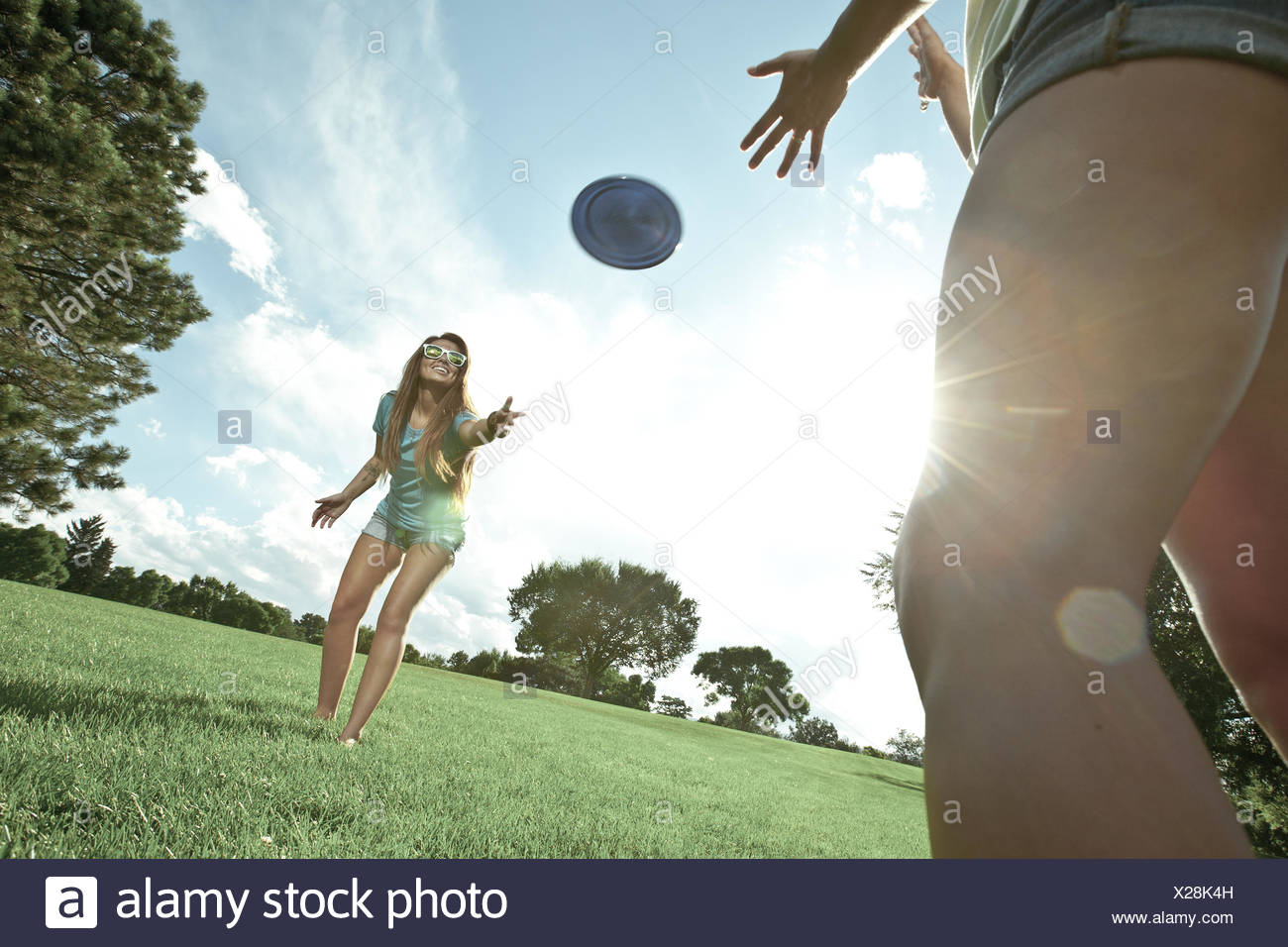 Dos mujeres jugando juego del frisbee en park Imagen De Stock