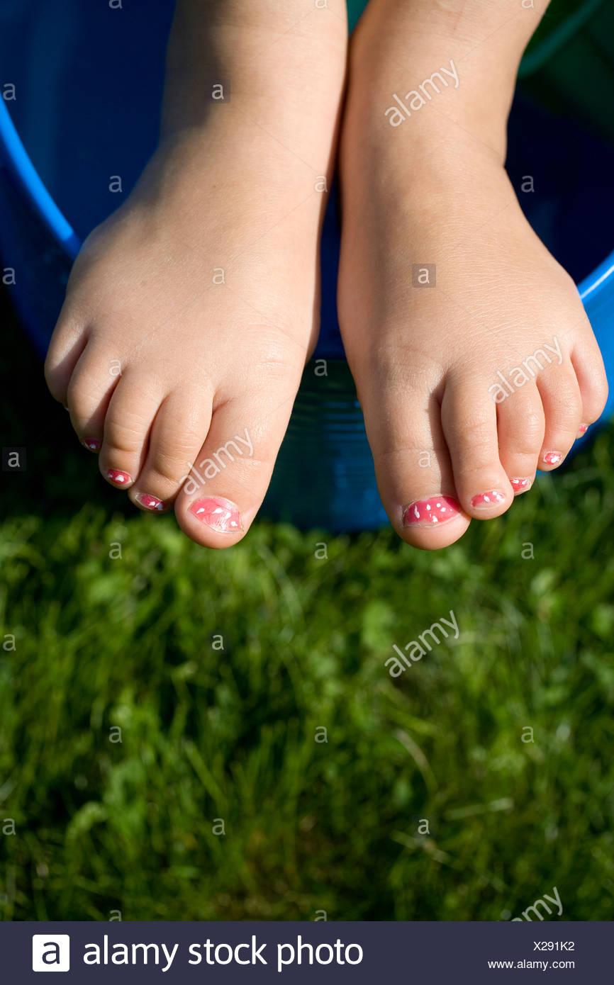 Detalle de una de las muchachas pies con uñas pintadas Foto & Imagen ...