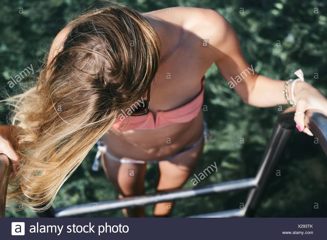 Vista elevada de una mujer entrar en el mar Imagen De Stock