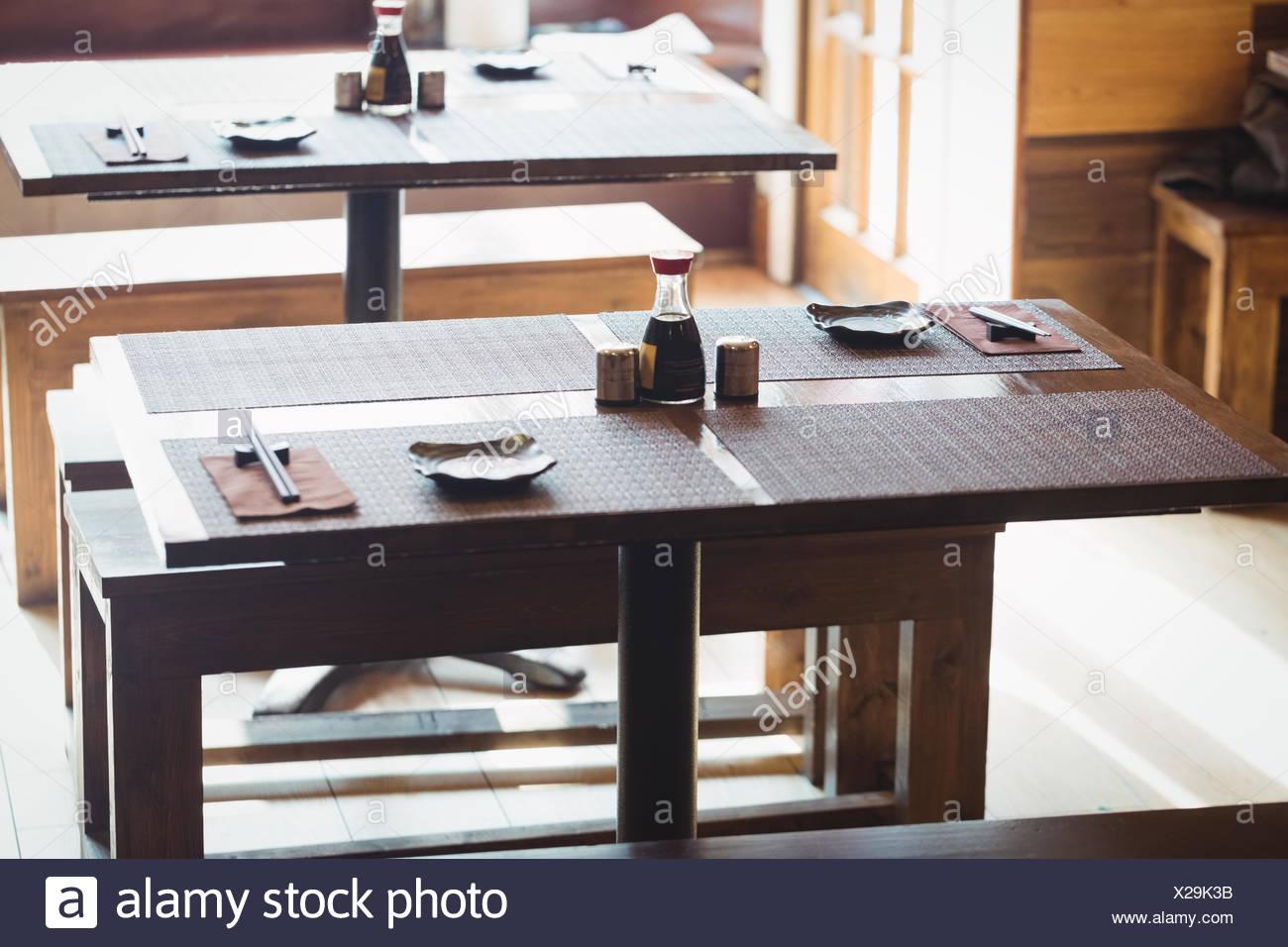 Bancos y mesas de comedor vacío Foto & Imagen De Stock: 276807759 ...