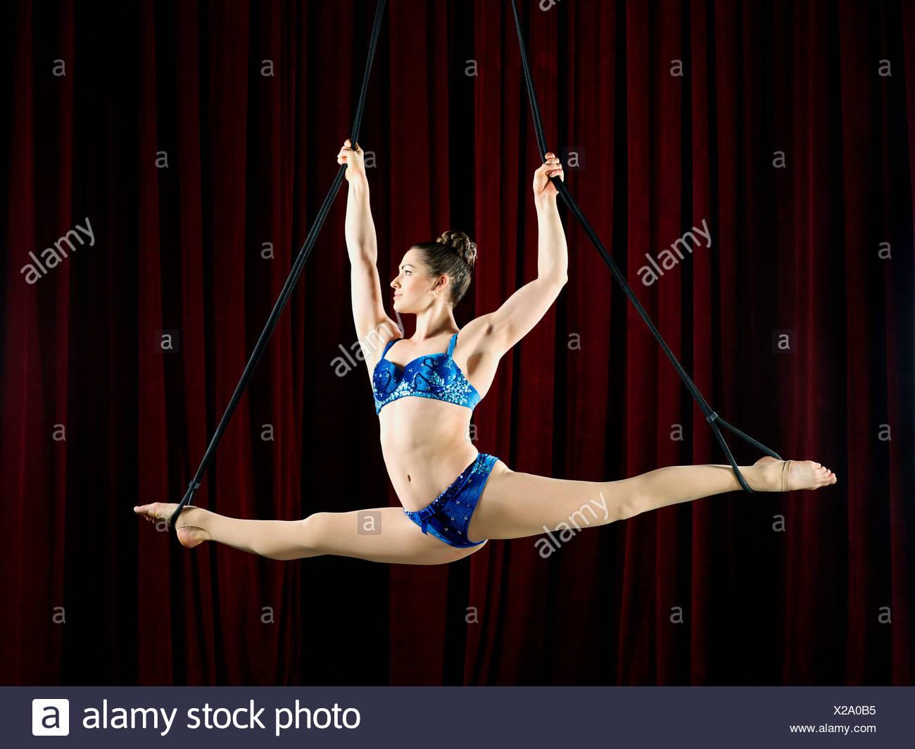 Foto de estudio de mujeres aerialist realizar divisiones en cuerdas Imagen De Stock