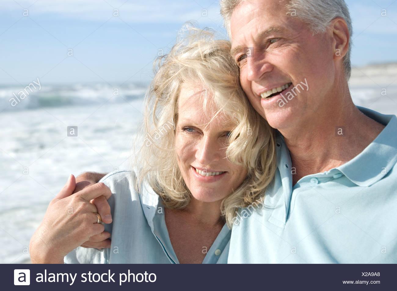 Retrato de smilin par en la playa Foto de stock