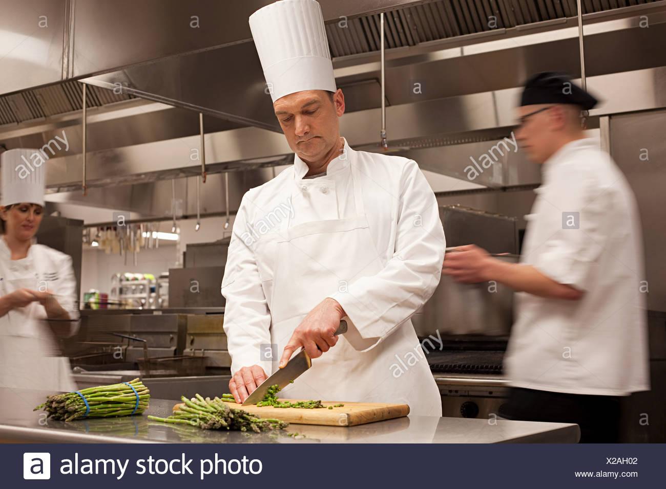 Los chefs preparando la comida en la cocina comercial Imagen De Stock