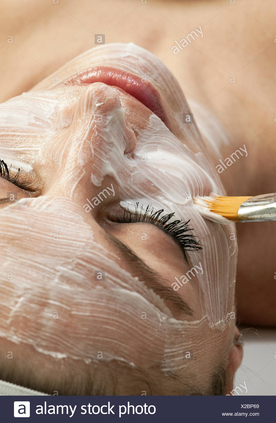 Mujer recibiendo un tratamiento facial en el spa. Foto de stock