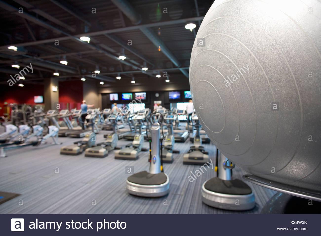 Pelota Fitness y equipo de ejercicio en el club de la salud Imagen De Stock