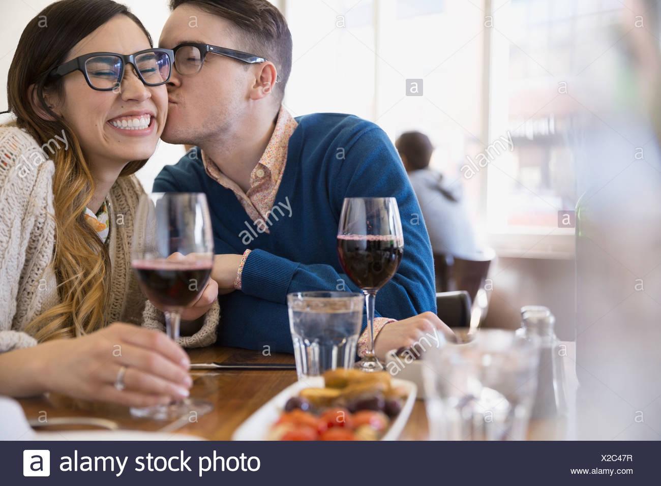 Pareja con besos de vino en el bistro Imagen De Stock