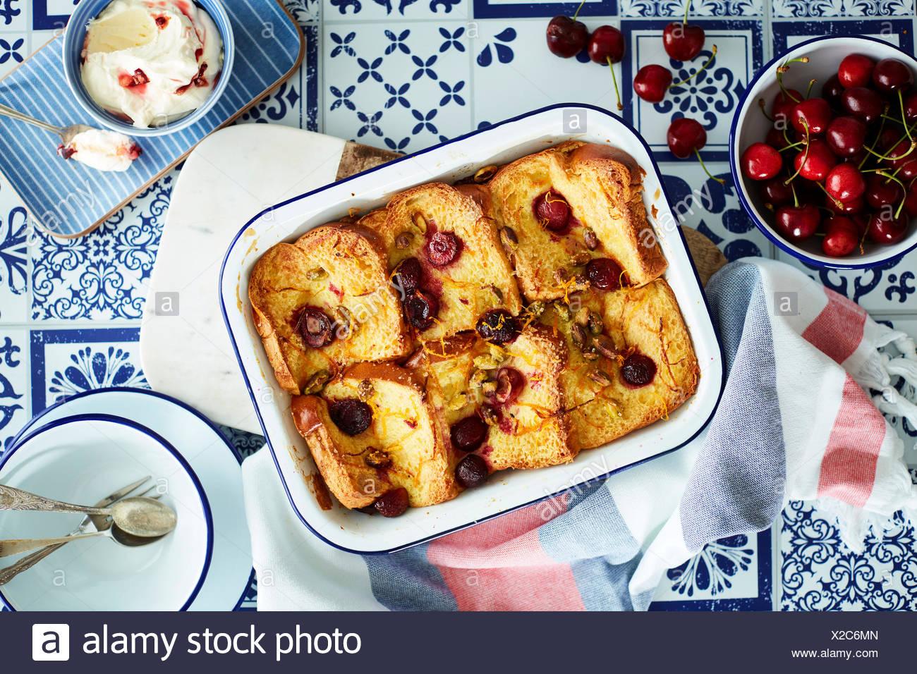 Cherry pudding de pan y mantequilla. Imagen De Stock