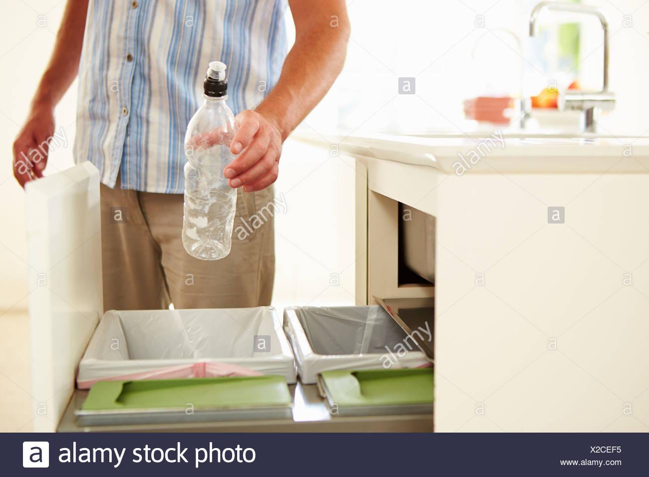 Cerca del hombre, el reciclaje de desperdicios de cocina en la bandeja Imagen De Stock