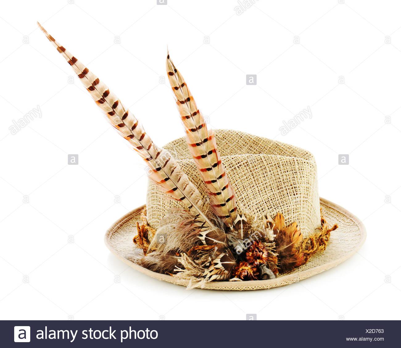 Sombrero de plumas de caza de faisanes aislado en blanco. Closeup. Imagen  De Stock 174064cd3ca