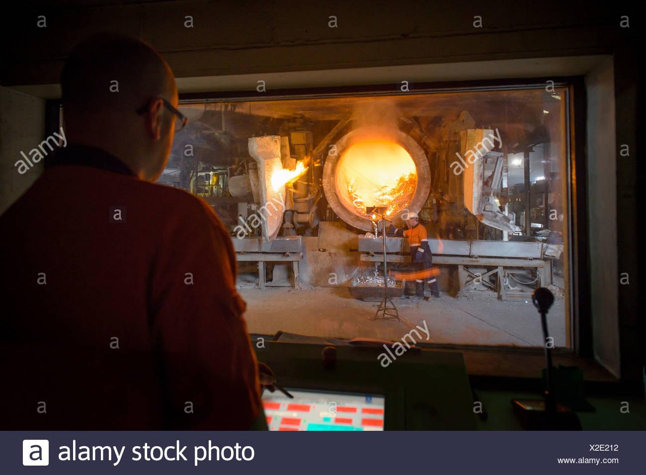 Horno de vigilancia en la planta de reciclaje de aluminio Imagen De Stock