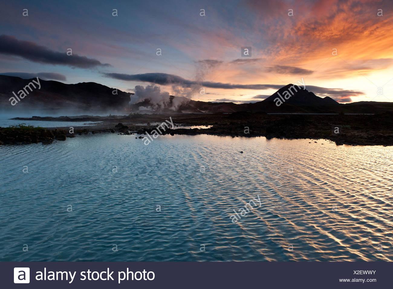 La generación de energía, la energía geotérmica, cerca del lago Myvatn, en el norte de Islandia, Europa Imagen De Stock