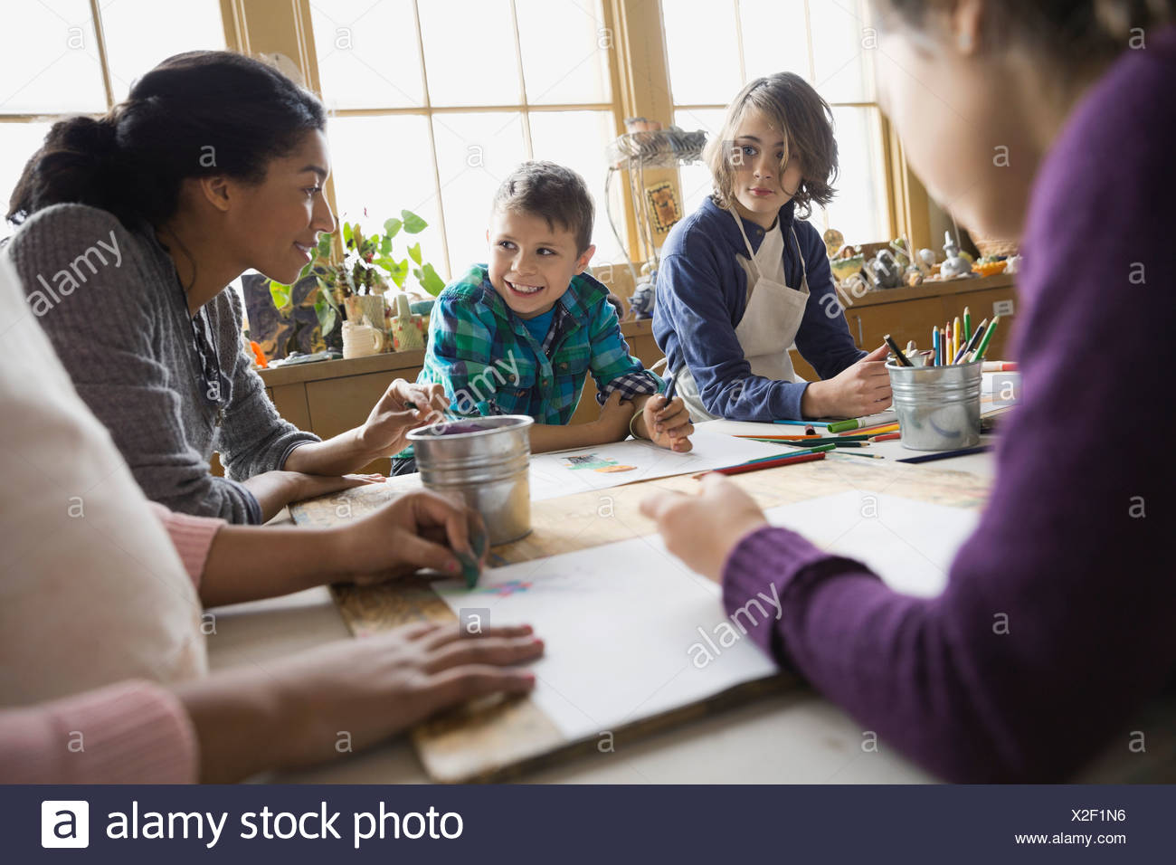 El profesor y los estudiantes en la clase de arte Imagen De Stock