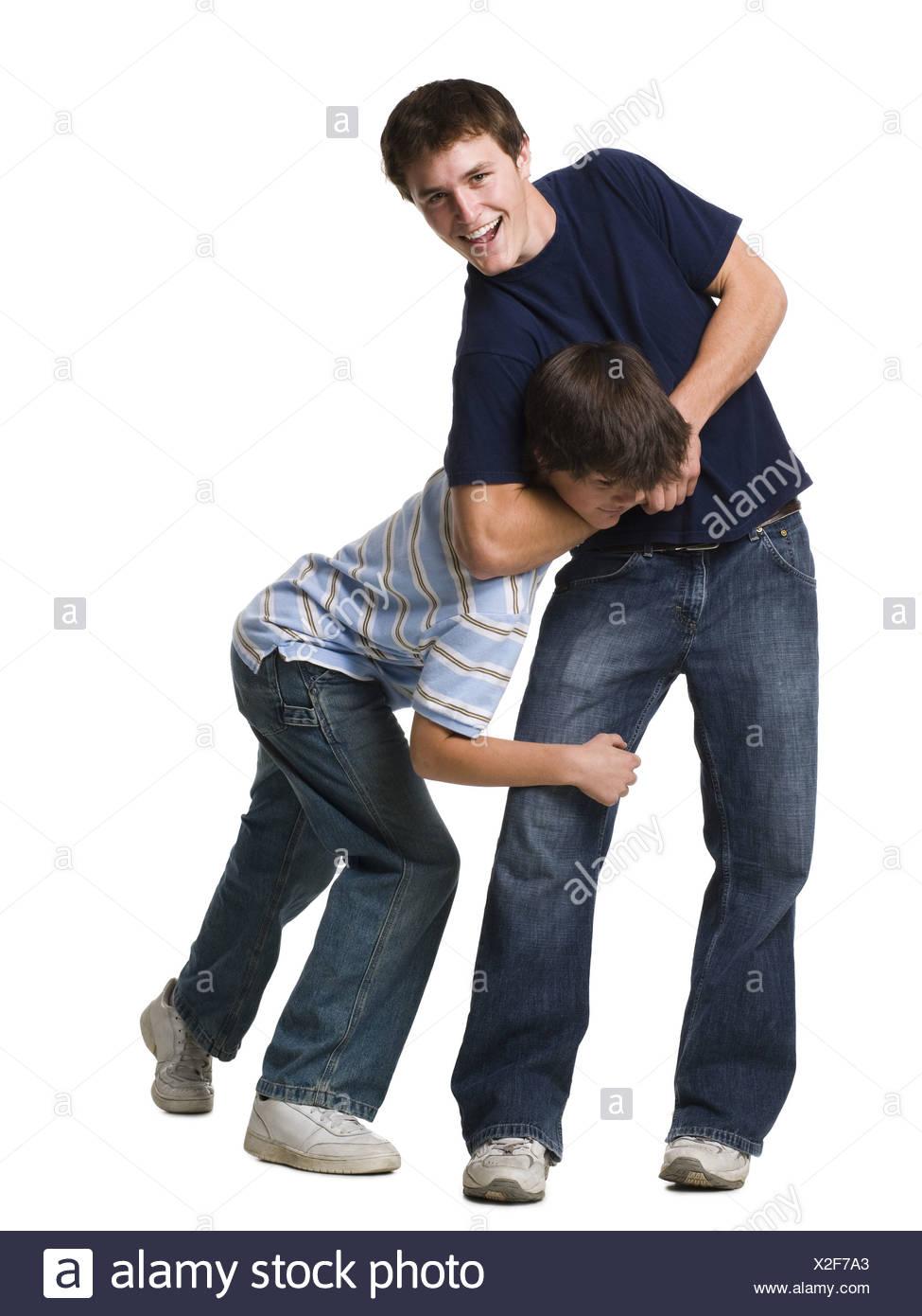 Dos hermanos de lucha libre. Imagen De Stock