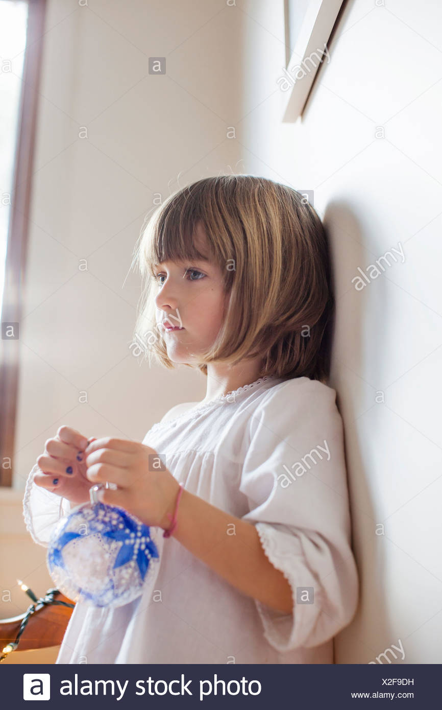 Niño con adorno azul día soñando Imagen De Stock