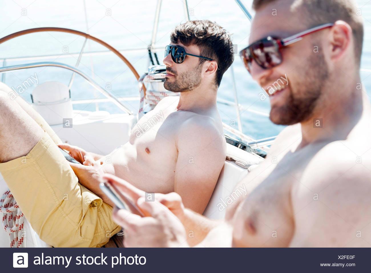 Dos hombres juntos en velero, Mar Adriático Foto de stock