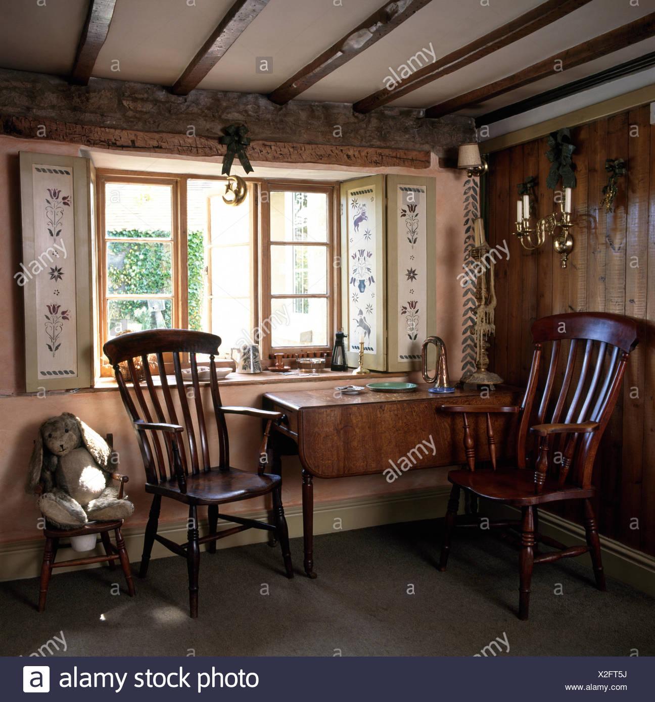 Windsor sillas antiguas y antigua tabla debajo de ventana ...
