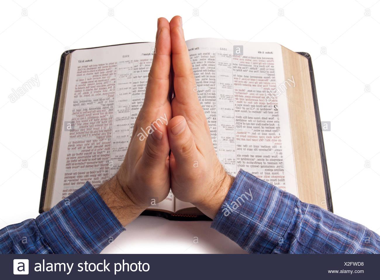 Orando Las Manos Sobre La Biblia Abierta Fotografia De Stock Alamy