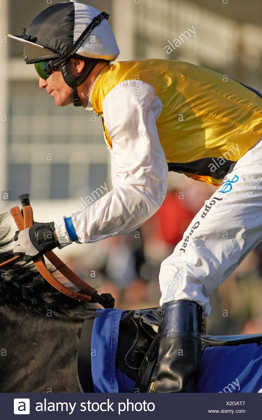 Jockey en colores amarillos del Hipódromo Real de Windsor Imagen De Stock