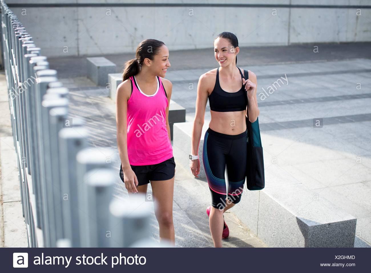 Modelo liberado. Dos jóvenes mujeres en ropa deportiva, sonriendo. Imagen De Stock