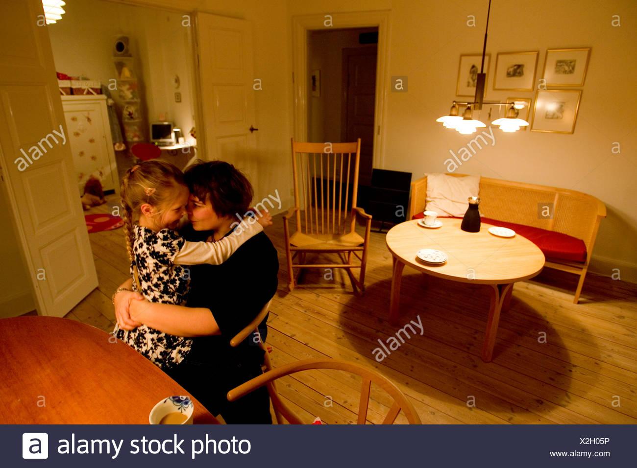 Una Madre Y Su Hija Sentarse Juntos En Una Mesa En Su Apartamento En