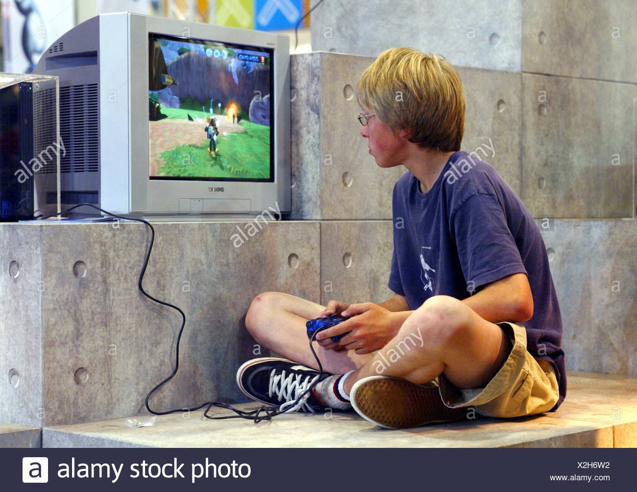 Nino Jugando Con La Playstation 2 De Sony En La Feria Foto Imagen