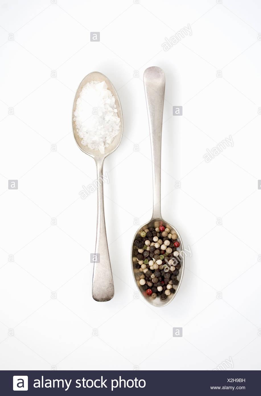 Cucharadas de sal y pimienta. Foto de stock