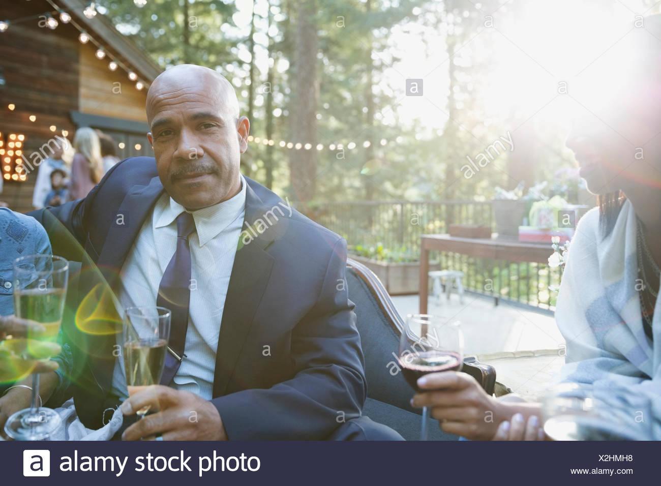 Retrato hombre bien vestido fiesta beber champán en el soleado balcón de cabina Imagen De Stock