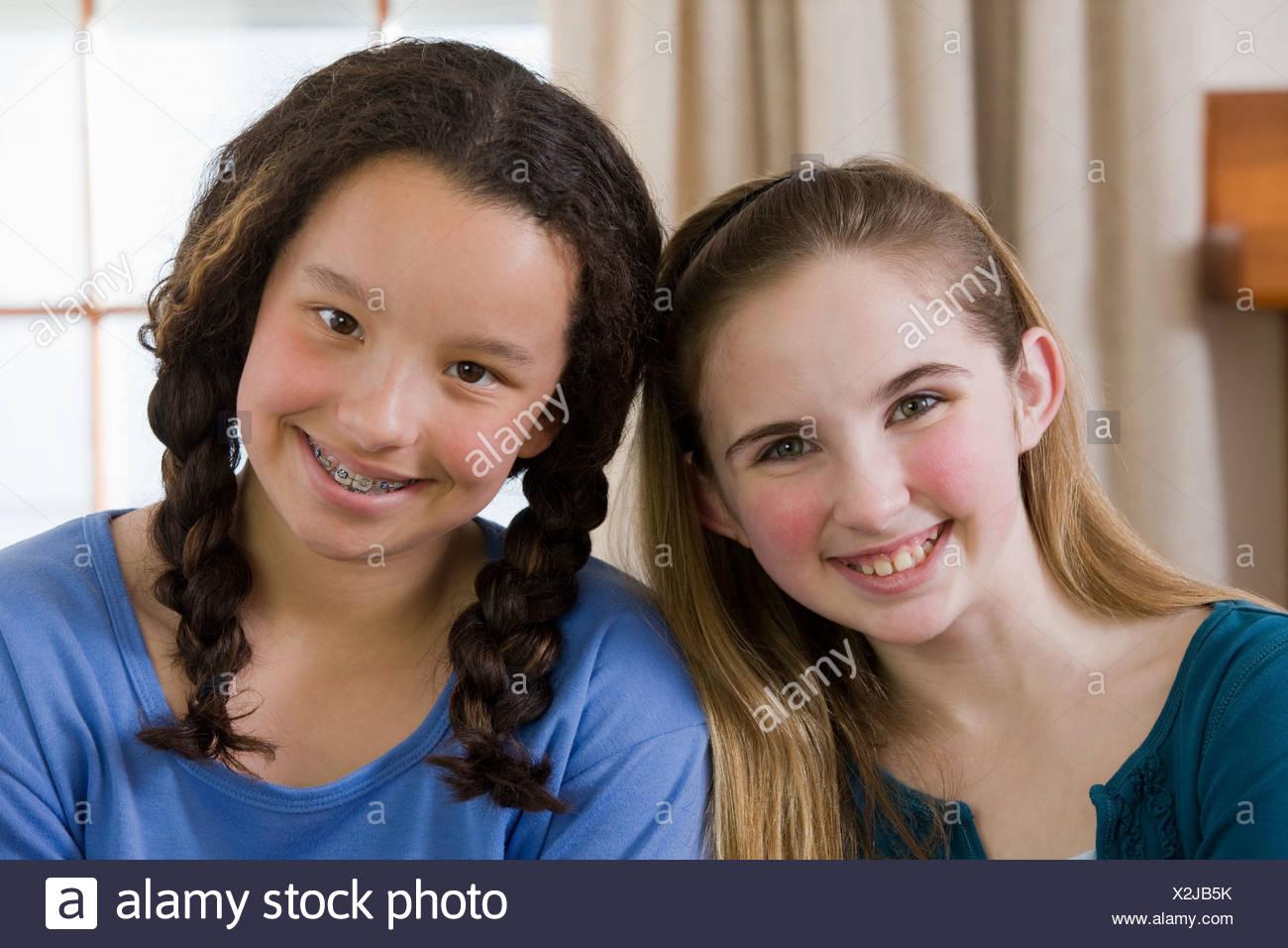 Retrato de dos chicas sonrientes Imagen De Stock