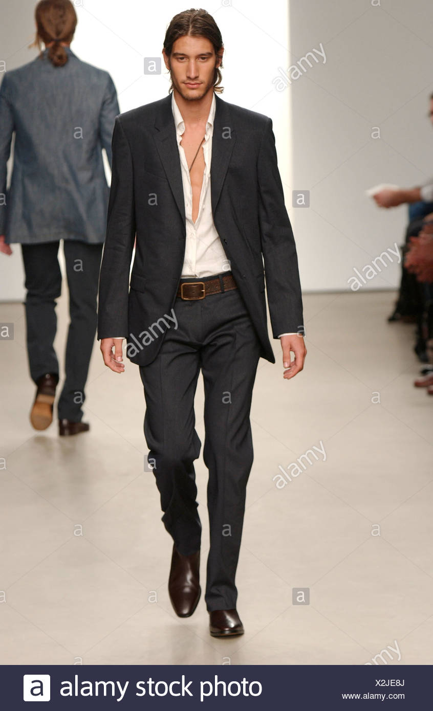 1ef229c169aaf Calvin Klein listo para ponerse Milán primavera verano moda masculina  Fashion show modelo largo cabello oscuro en la coleta y rastrojo vestidas  de blanco