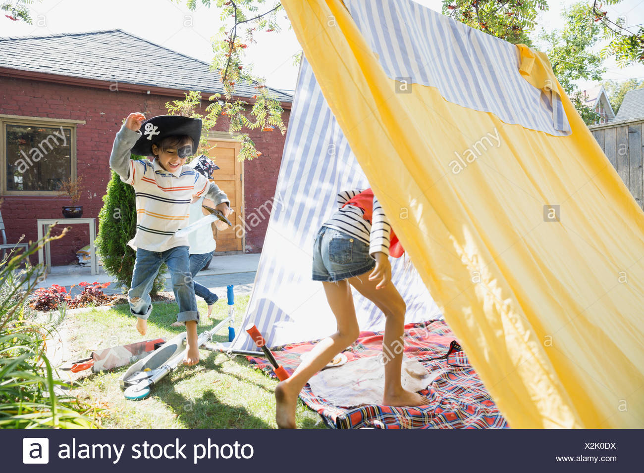 Niños jugando en el patio de los piratas fort Imagen De Stock
