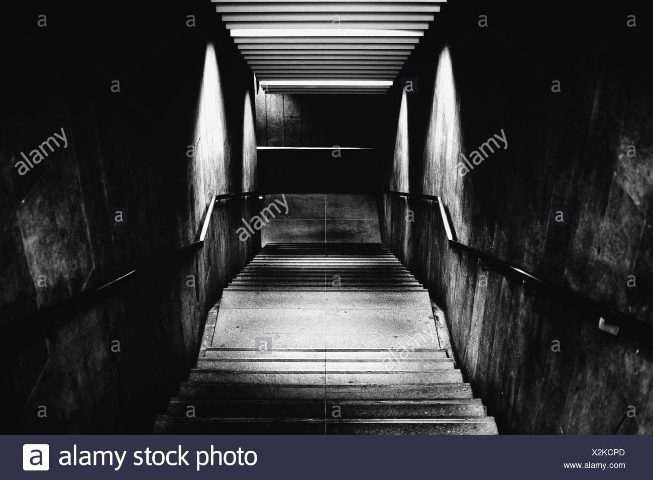 Un alto ángulo de visualización de los pasos en la estación de metro Imagen De Stock