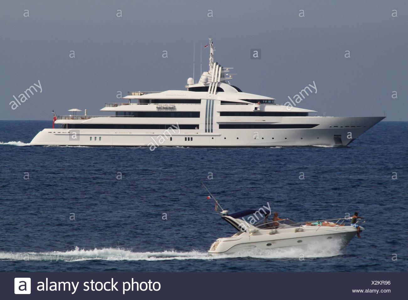 Curiosidad vibrante, un crucero construido por Oceanco, Longitud: 85,47 metros, construida en 2009, la Riviera Francesa, Francia, Mar Mediterráneo Imagen De Stock