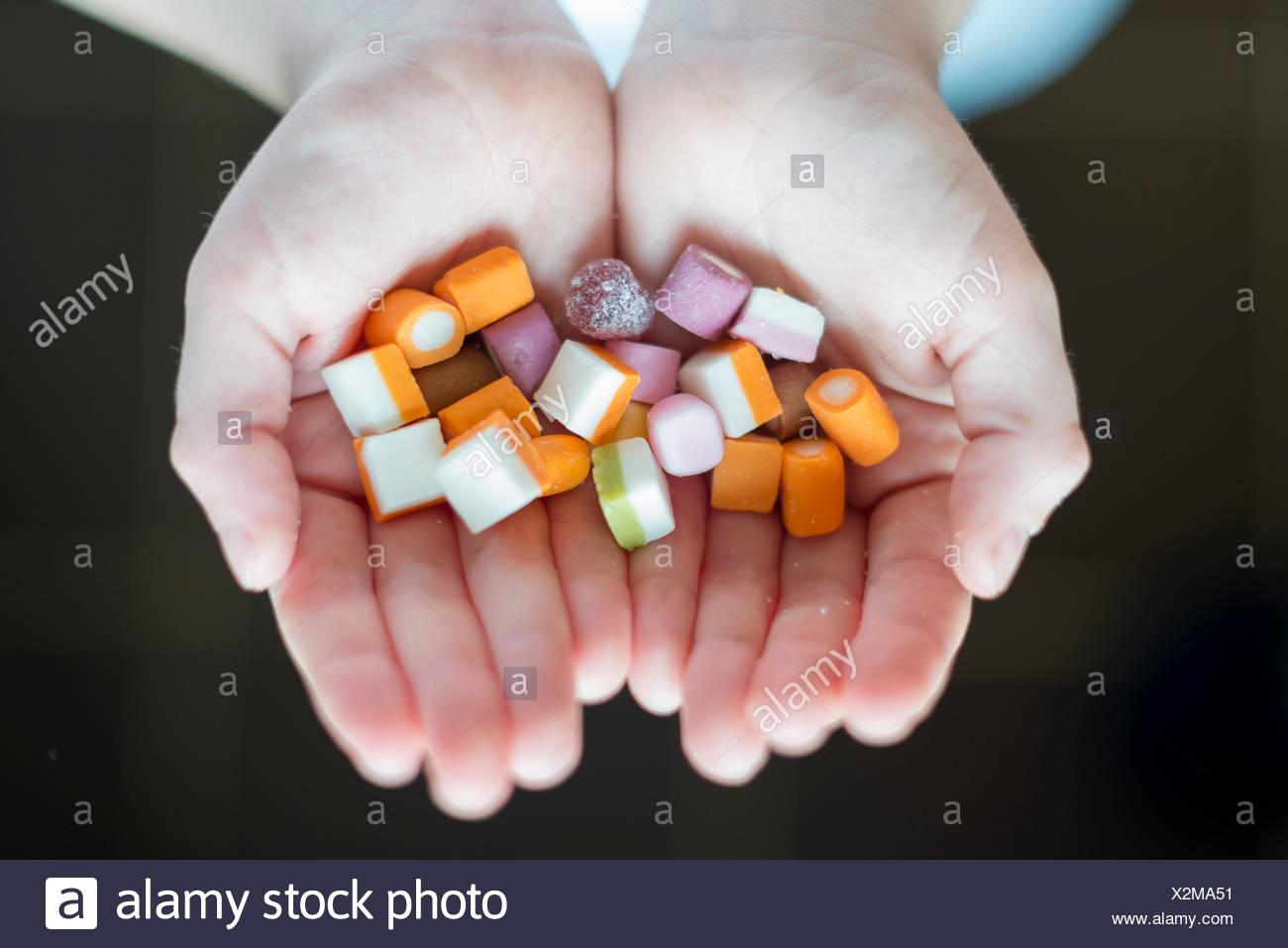 Un niño sosteniendo dulces Imagen De Stock