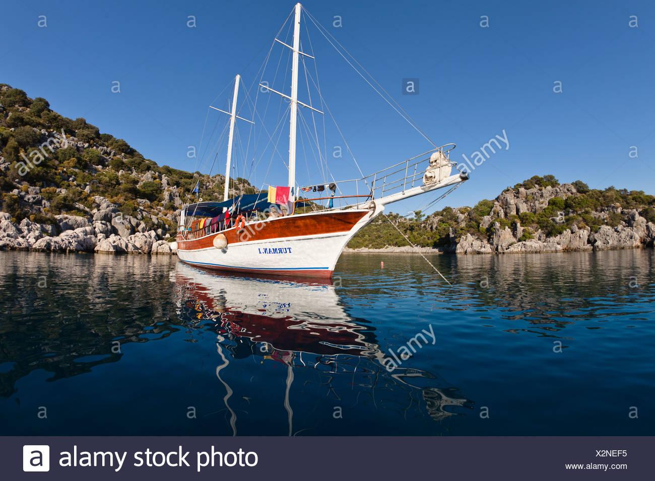 Velero anclado en una bahía, navegando a lo largo de la costa de Licio, Licia, el Mar Mediterráneo, Turquía, Asia Menor Imagen De Stock
