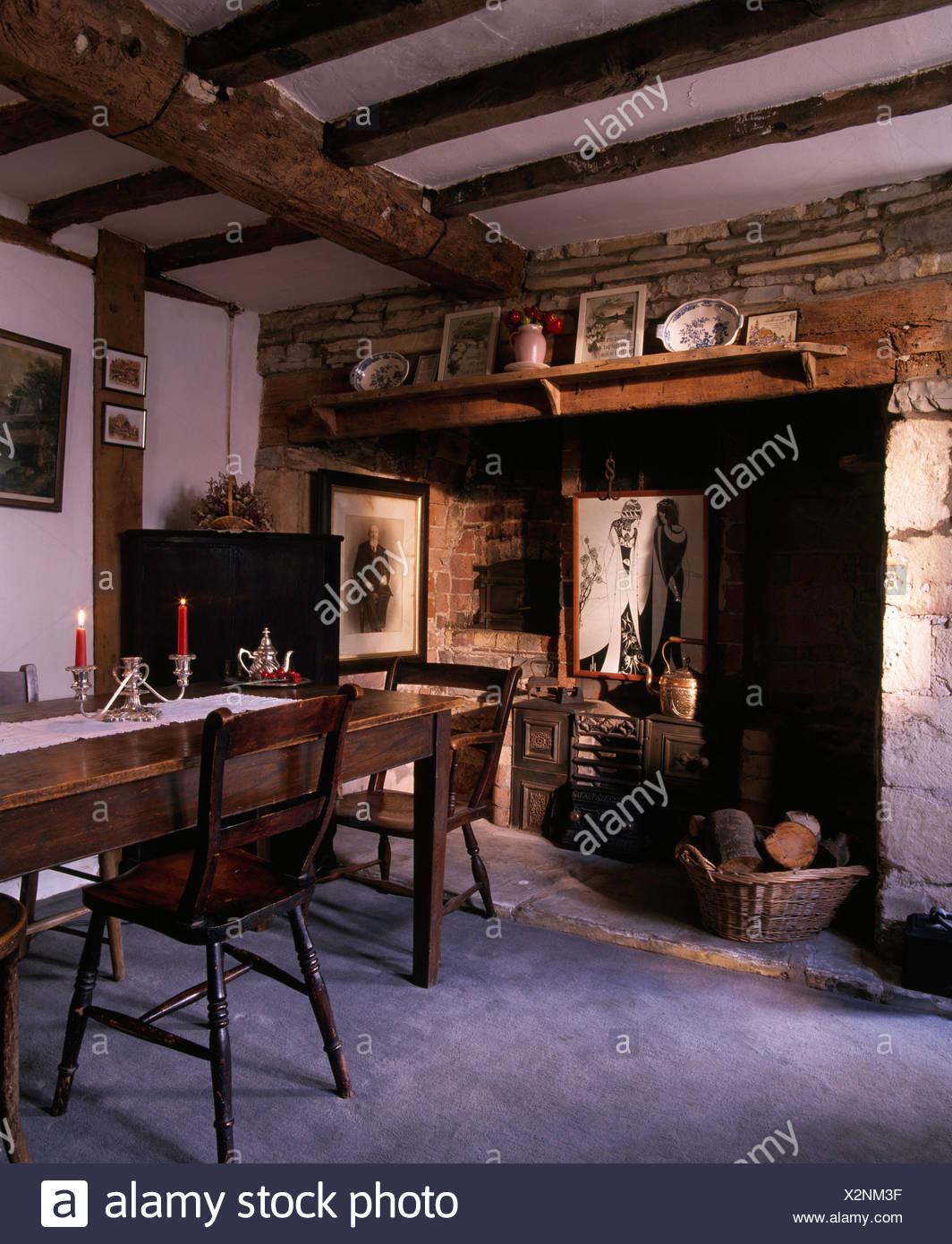 Chimenea en el antiguo comedor estilo Victoriano con muebles ...