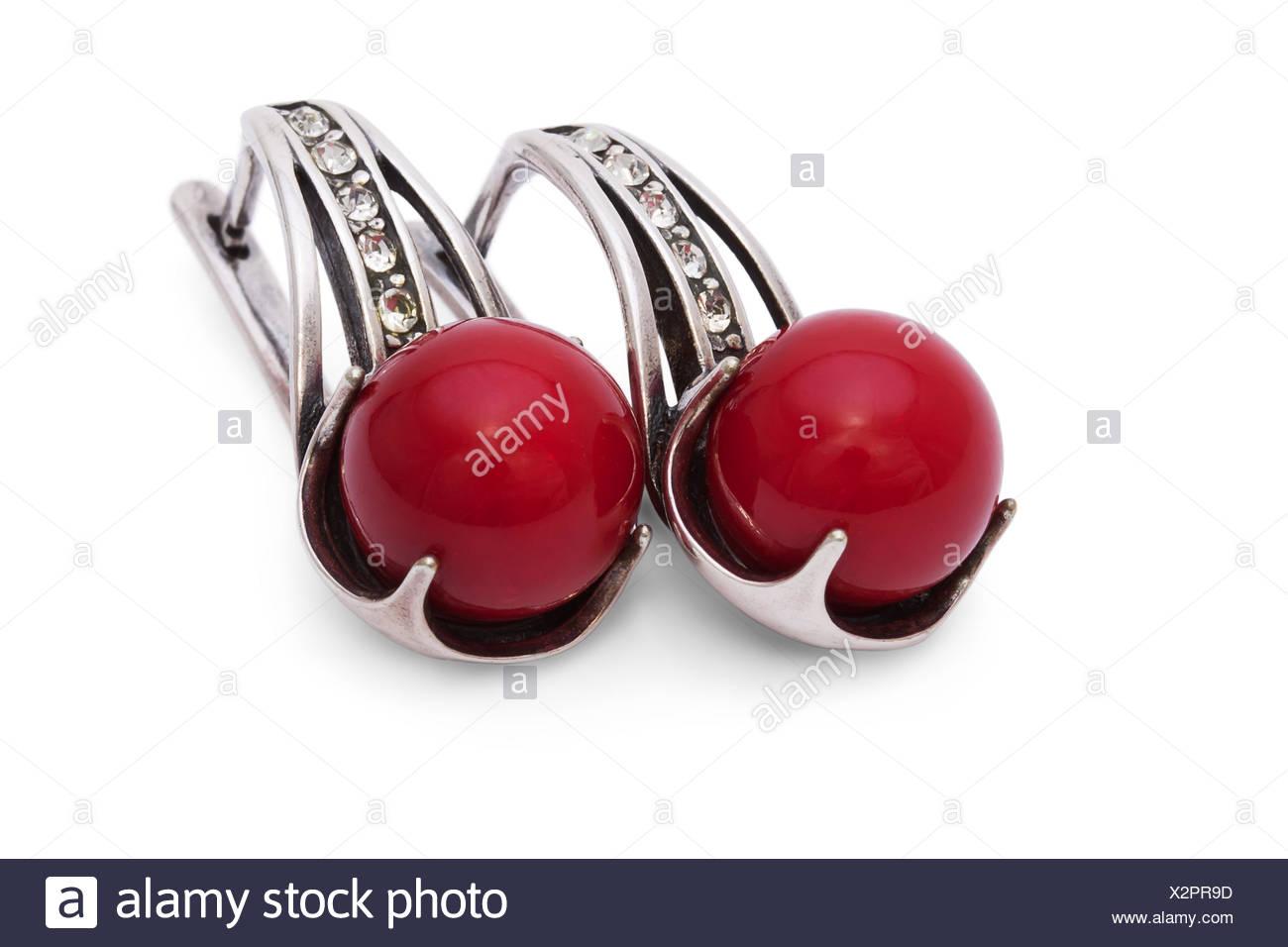 94bf3f5b1f37 Aretes de Plata con Coral Rojo aislado en el fondo blanco. Imagen De Stock