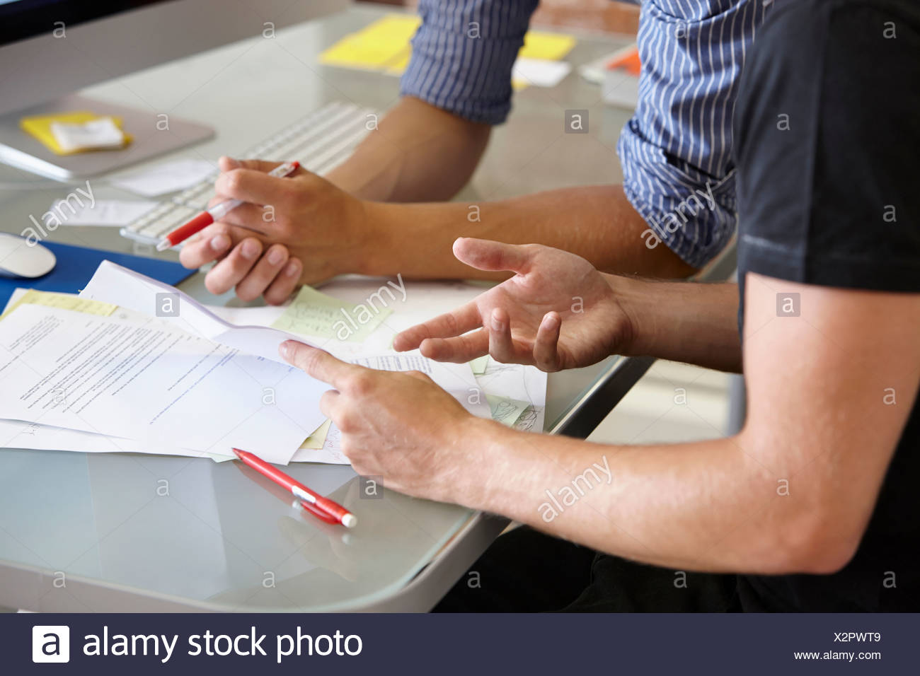 Dos hombres con papeleo, cerrar Imagen De Stock