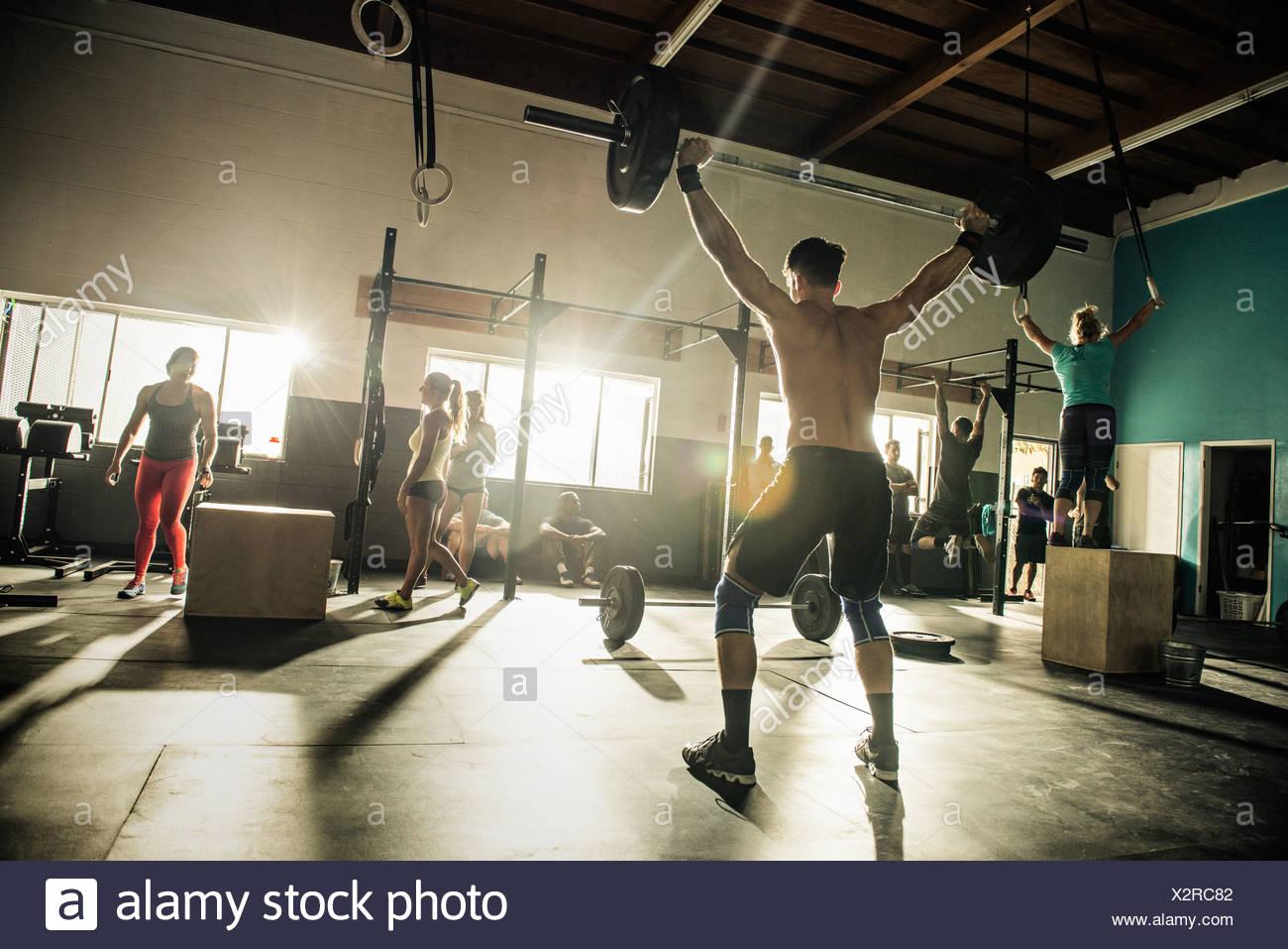 Grupo de personas entrenamiento en el gimnasio Foto de stock