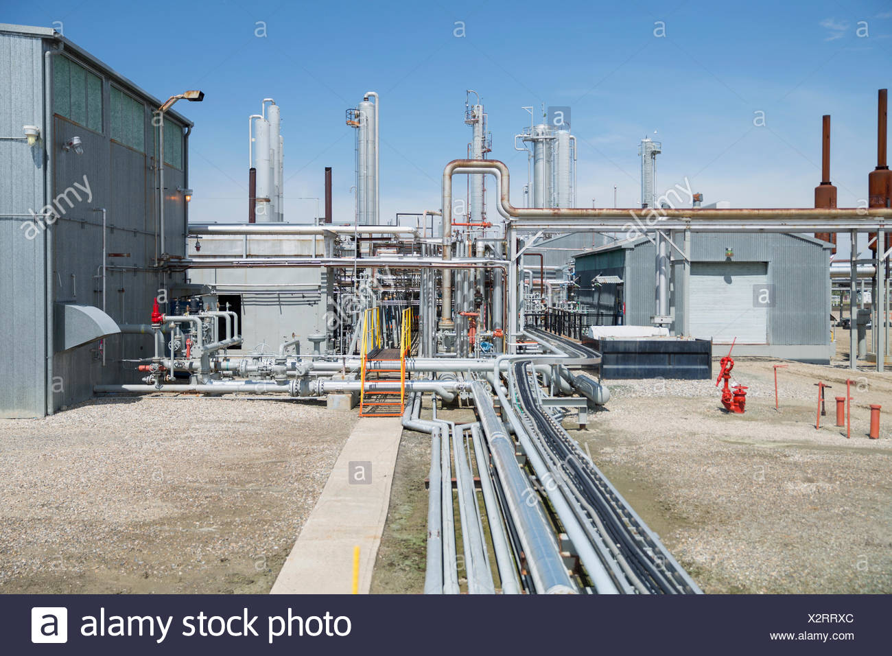 Tubos y equipos en planta de gas Foto de stock