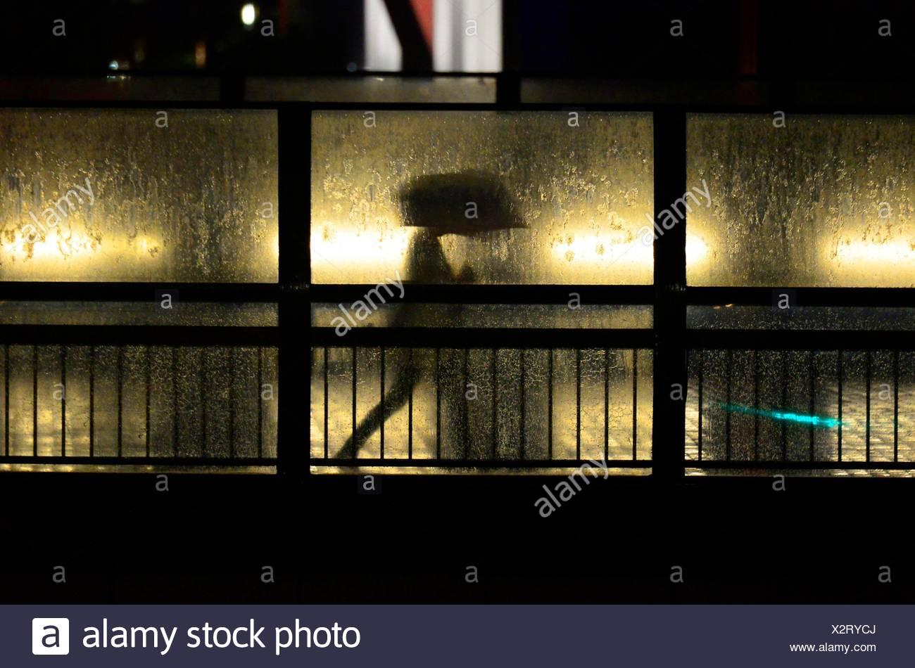 Silueta de Hombre sujetando un paraguas, Tokio, Japón, Asia. Imagen De Stock