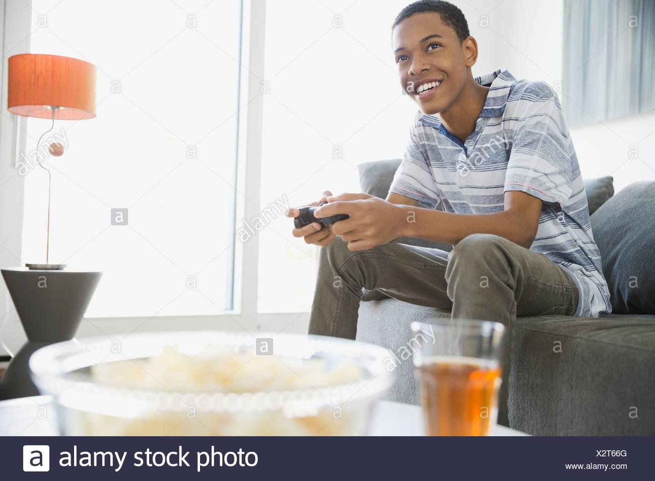 Teen jugar video juegos en casa Imagen De Stock