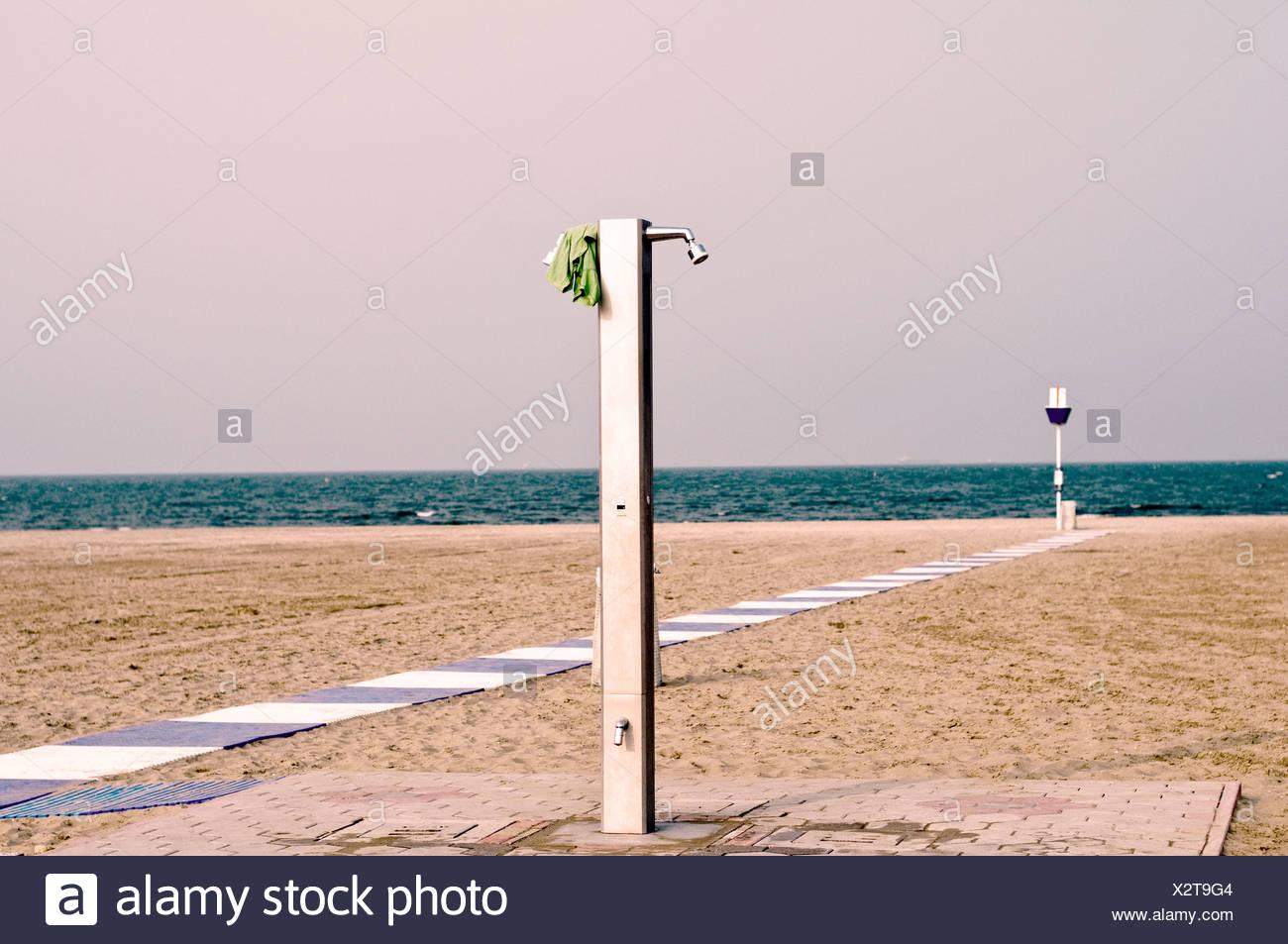 Ducha en la playa de arena de Lido di Venezia, Italia, Europa Foto de stock