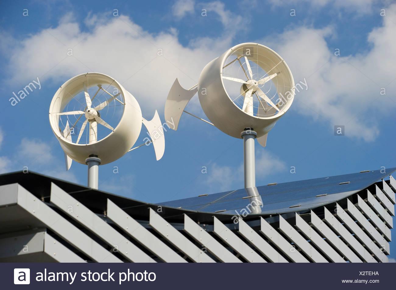 Paneles solares y mini aerogeneradores sobre el techo de un hotel en Freiburg Breisgau región, Baden-Wuerttemberg Imagen De Stock