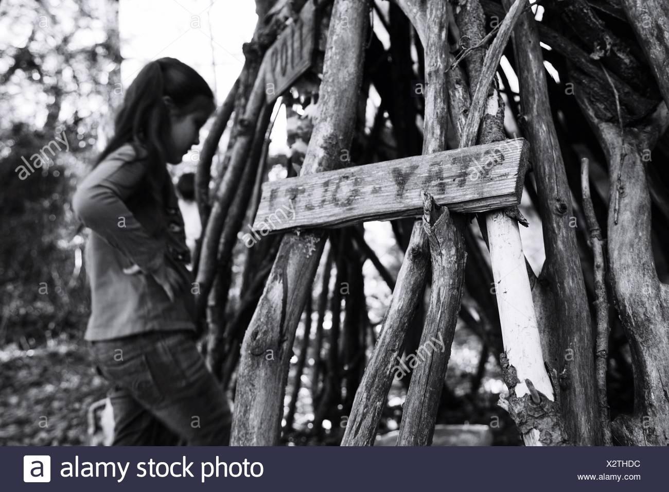 Chica cerca del montón de madera Imagen De Stock